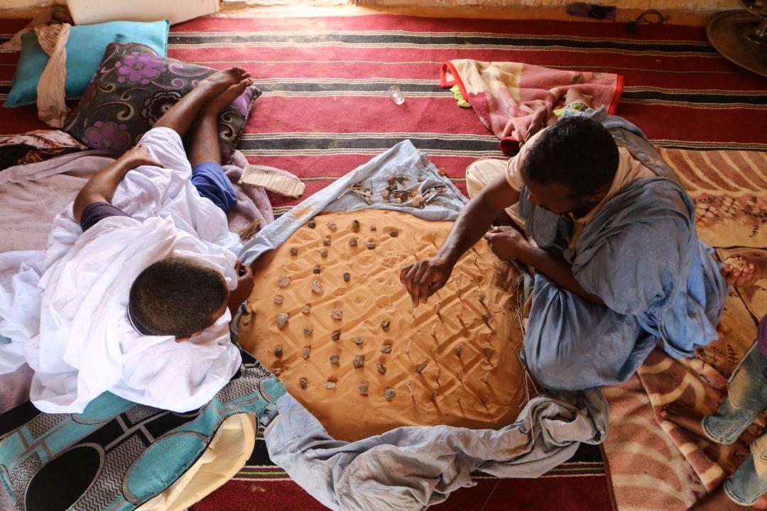 """الصورة الفائزة، وهي عن لعبة """"الشطرنج الرملي""""، والتي تعرف شعبيا في موريتانيا بـ""""ظامت"""""""